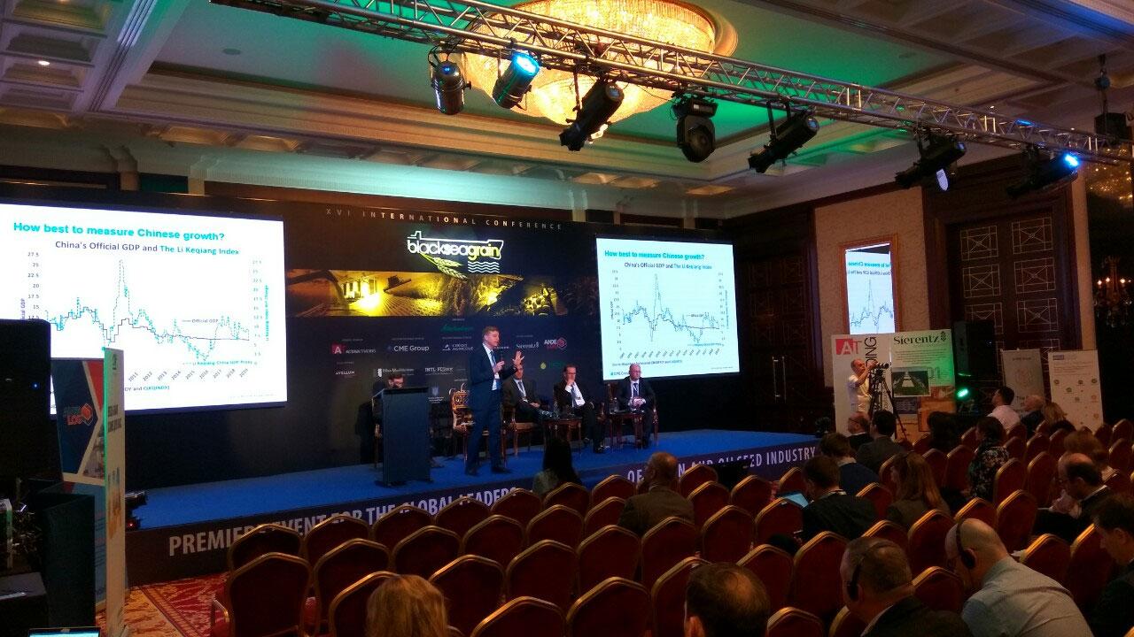 Широкая баннерная конструкция со светодиодными экранами на международной конференции, услуга или аренда. Киев, Украина. Компания Эквиптайм